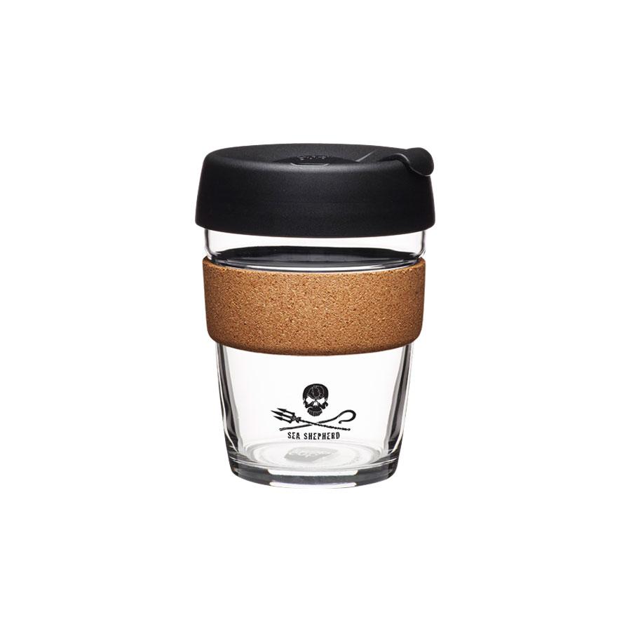 Coffee to go Becher aus Glas mit Grifffläche aus Kork - Sea Shepherd Cork - Medium 340ml von KeepCup